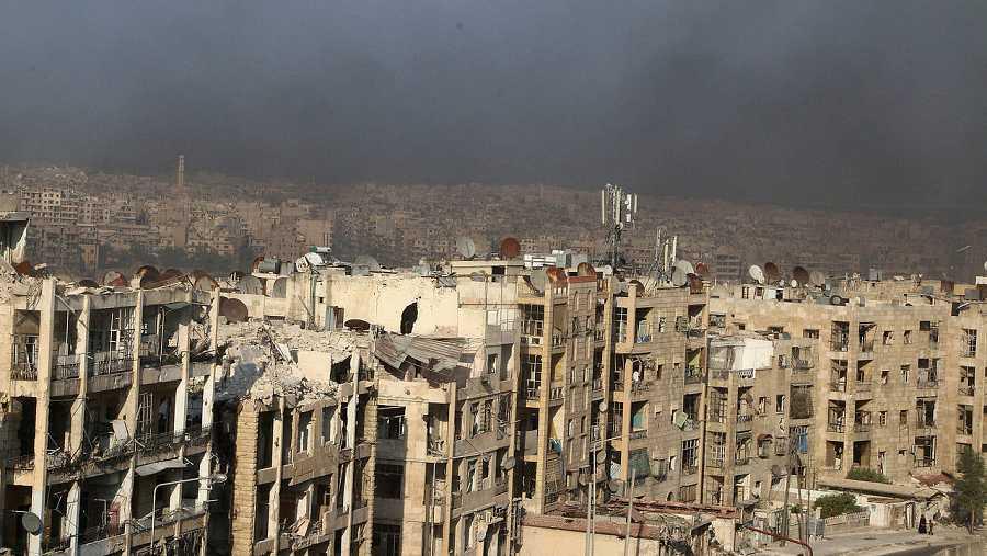 Vista de Alepo, el 1 de agosto de 2016. El humo es producido por los incendios intencionados de neumáticos para crear una cortina de humo que dificulte los bombardeos de la aviación. REUTERS/Abdalrhman Ismail