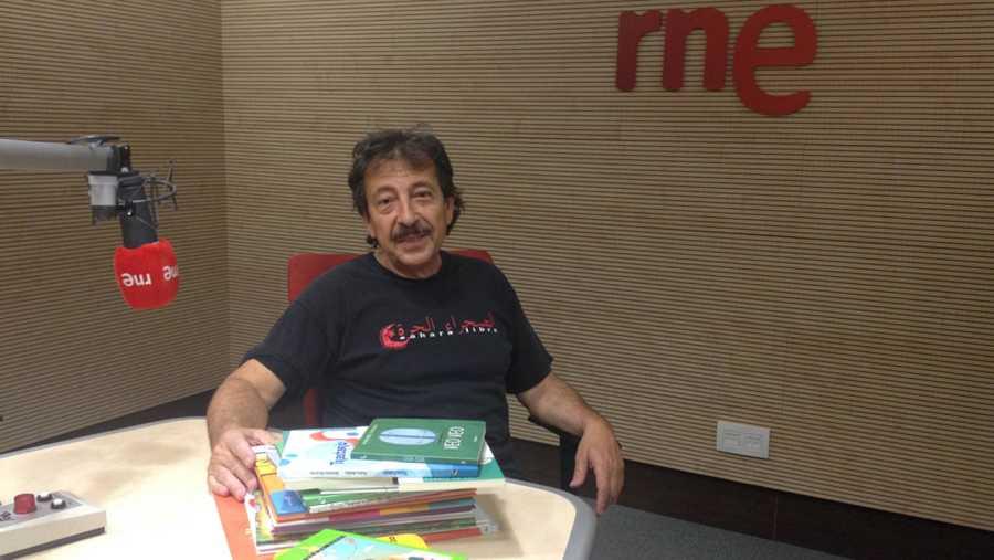 José Manuel Martín posa con algunos de los libros donados por 'La estación azul de los niños'.