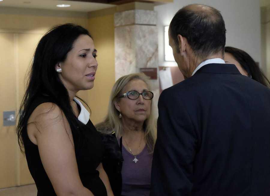 Tanya Ibar, la esposa del preso español, habla con uno de sus abogados