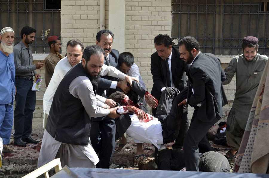 Uno de los heridos en el atentado del hospital de Quetta es evacuado