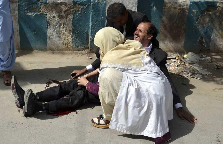 Varias personas socorren a los heridos tras el ataque suicida en el hospital de Quetta, en Pakistán