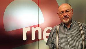 Juan Eslava Galán, en los estudios de Radio Nacional.