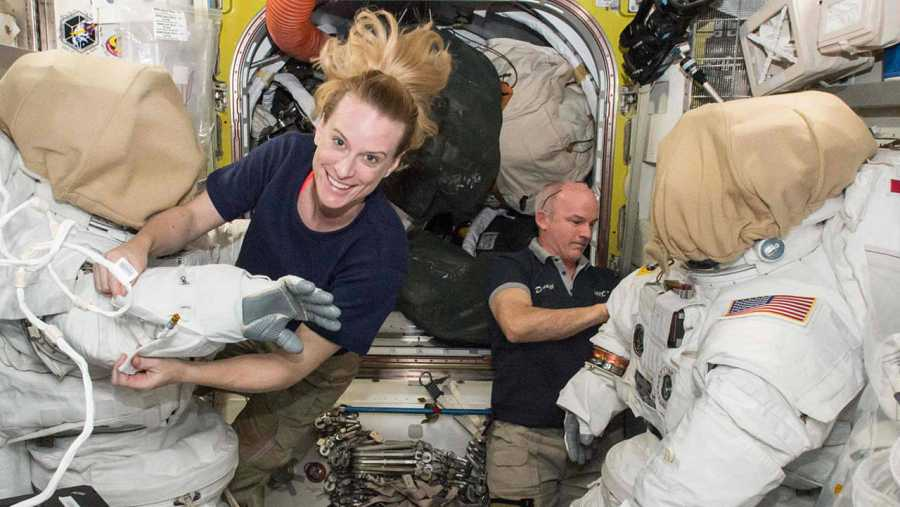 Los astronautas Kate Rubins y Jeff Williams preparan sus trajes espaciales a bordo de la Estación Espacial Internacional