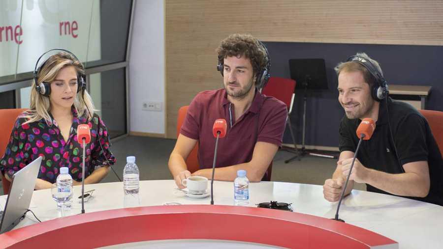 María León, Miki Esparbé y Joaquín Mazón durante la entrevista en 'Las mañanas de RNE'
