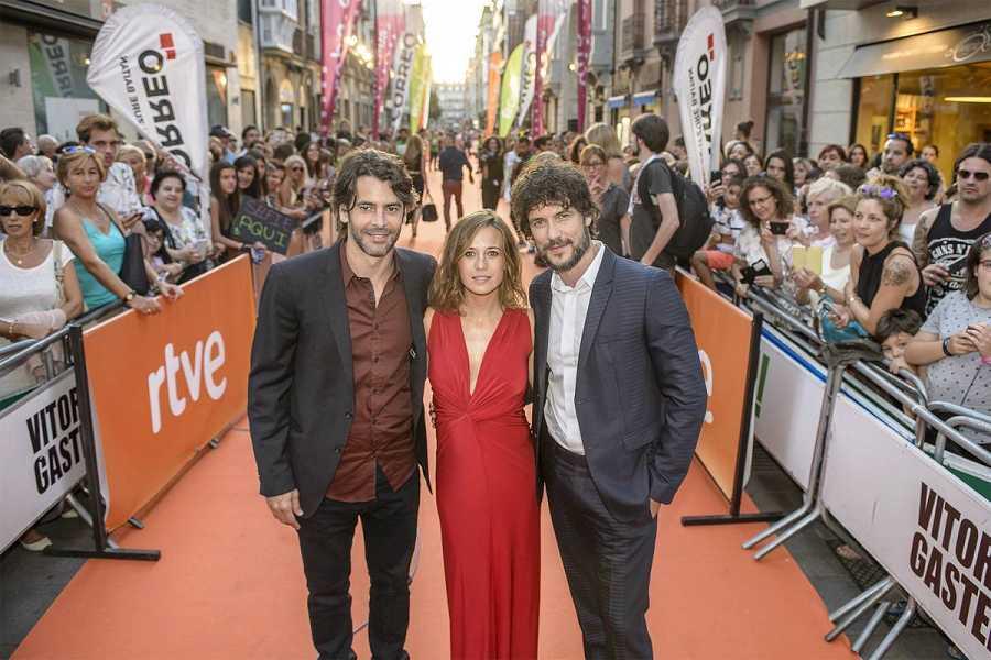 Eduardo Noriega, Marta Etura y Daniel Grao en la alfombra naranja