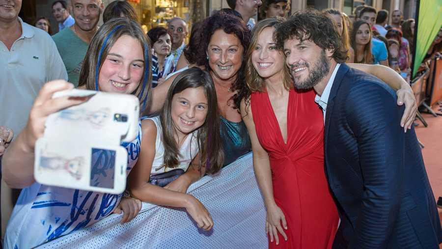 Daniel Grao y Marta Etura posan con los fans