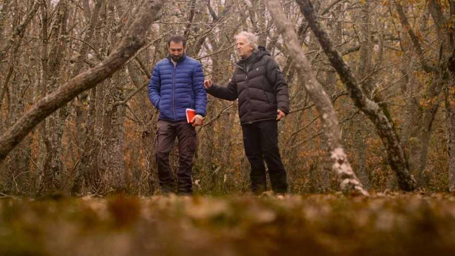Pere Estupinyà camina con Juan Luis Arsuaga por los bosques de Burgos, cerca de Atapuerca