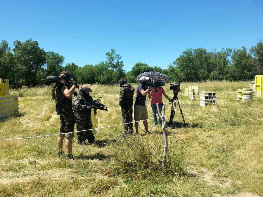 Clara Peñalver y el equipo buscan las localizaciones exactas en Seseña, Toledo, y sufren las duras condiciones que soportaron los actores durante el rodaje