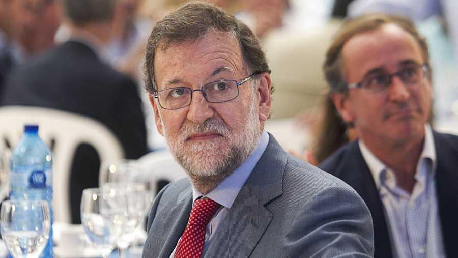 El presidente del Gobierno en funciones y líder del PP, Mariano Rajoy, acompañando a Alfonso Alonso en una comida mitin electoral