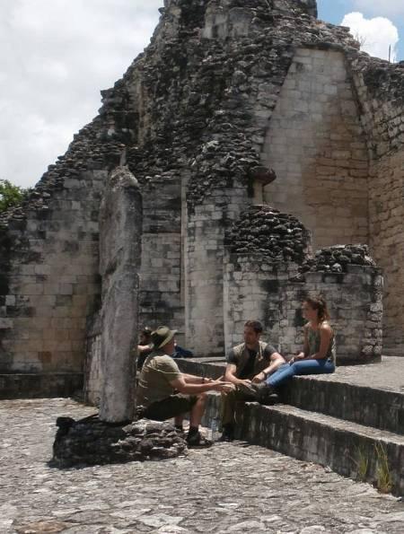 Carlota, Luis y el arqueólogo Eudald Carbonell durante su aventura en busca del futuro de la humanidad