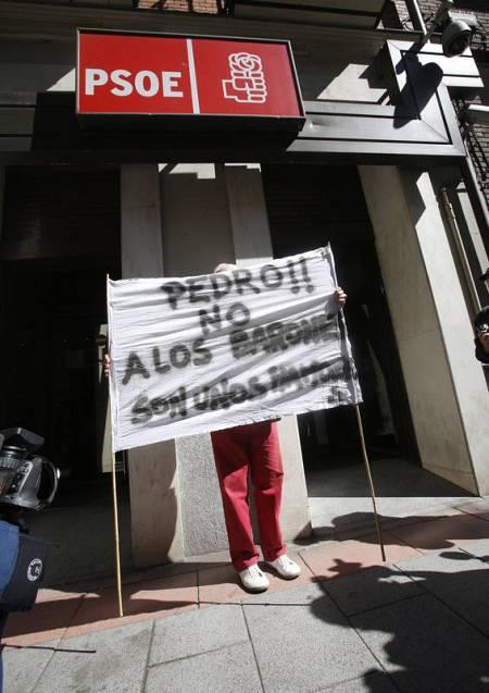 Un simpatizante con una pancarta en la sede del PSOE: