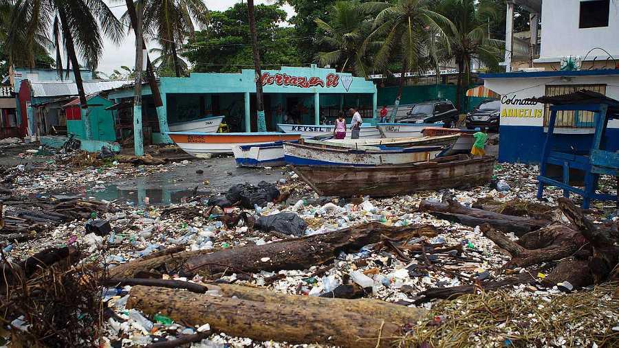 Vista parcial de la costa de Santo Domingo cerca de la localidad de Puerto Haina, el 3 de octubre de 2016. El huracán Matthew ha causado graves destrozos