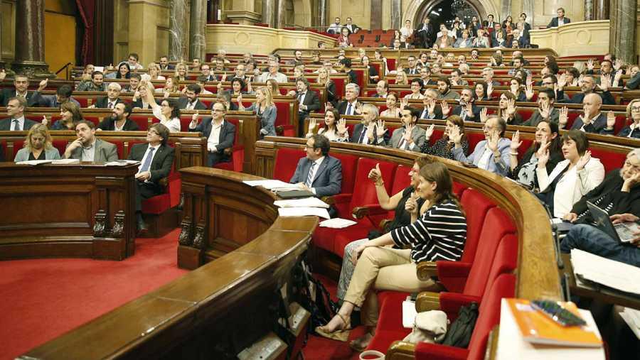 Los diputados de Ciutadans y del PPC levantan sus manos en señal de protesta