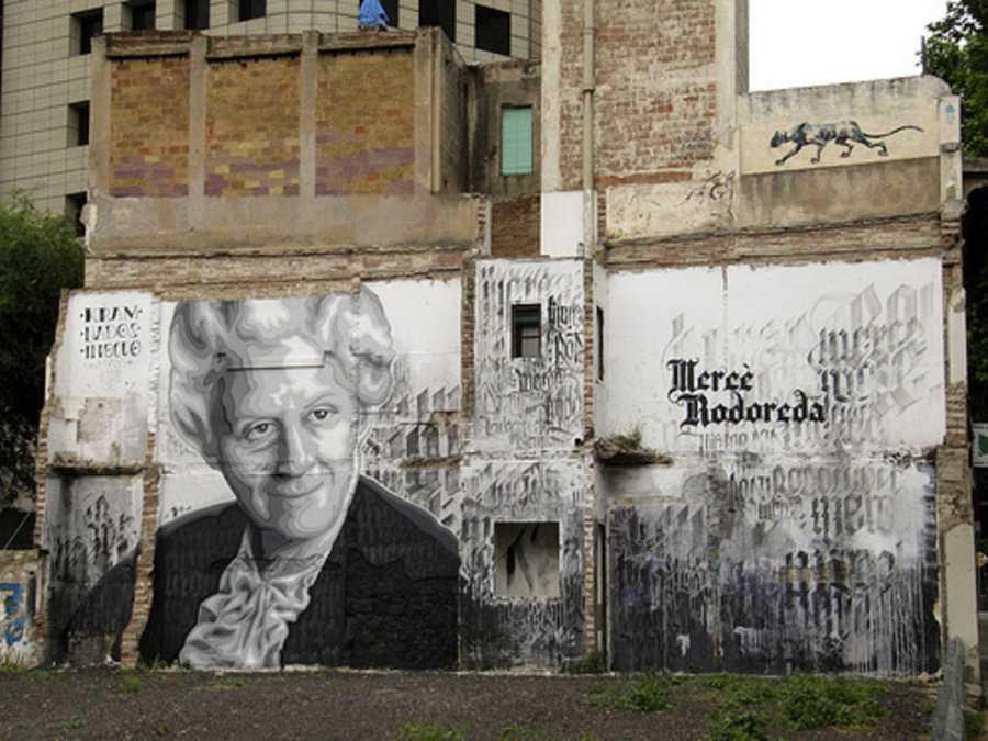 Un mural con el retrato de la escritora Mercè Rodoreda