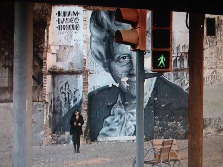 Clara Peñalver, la presentadora de 'La mitad invisible', junto al mural dedicado a la escritora Mercè Rodoreda