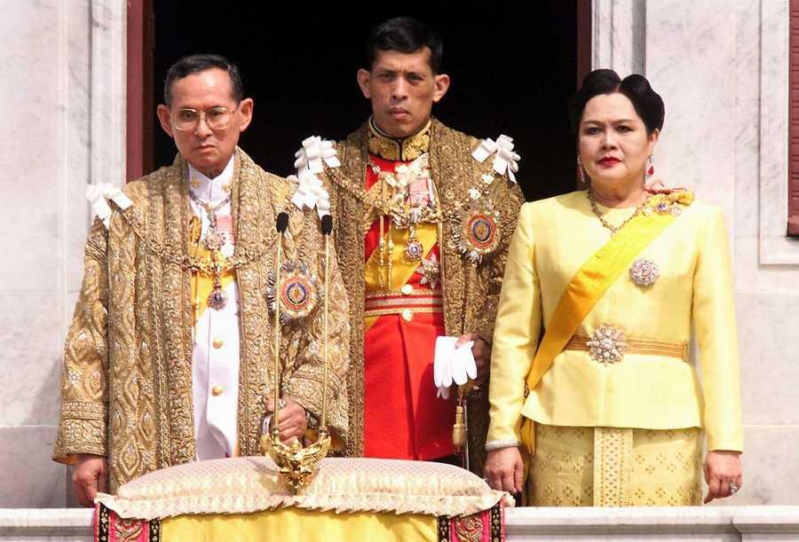 El rey Bhumibol Adulyadej aparece en esta imagen de archivo junto al príncipe heredero Maha Vajiralongkorn y la reina Sirikit.