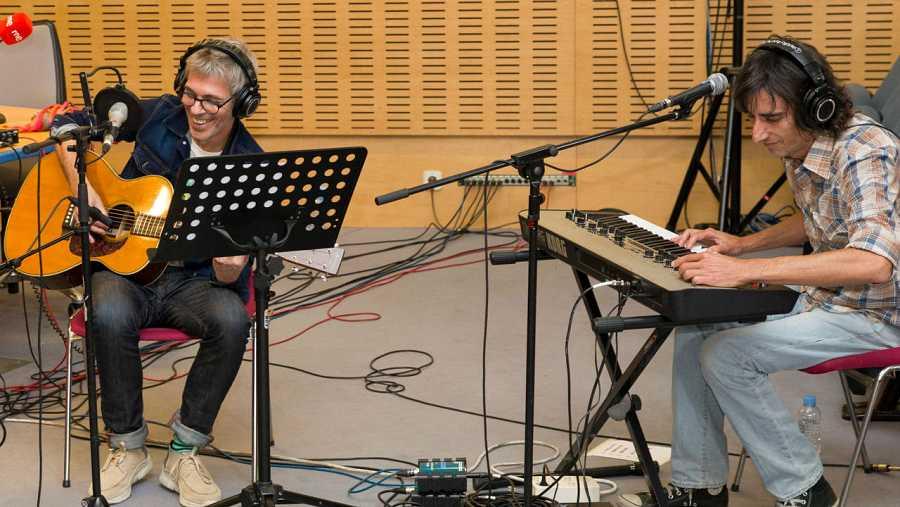 Rot (voz y guitarra), con Mauro Mietta en los teclados y en los coros
