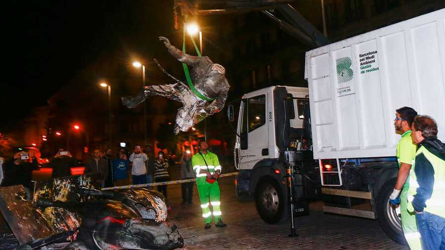 Operarios municipales retiran la estatua de Franco atacada en Barcelona