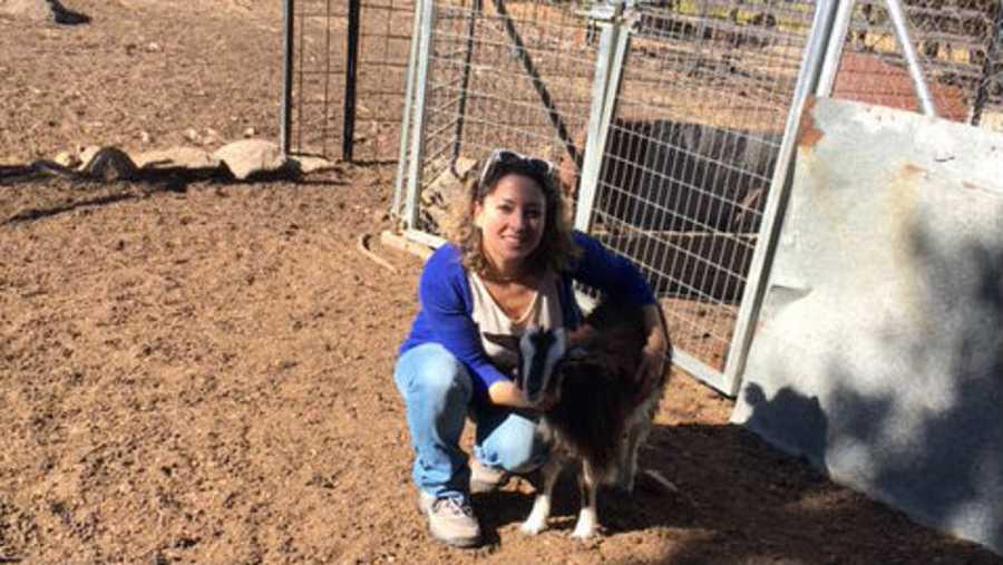 Sonia Castelani, con una de las cabras de Rocio López