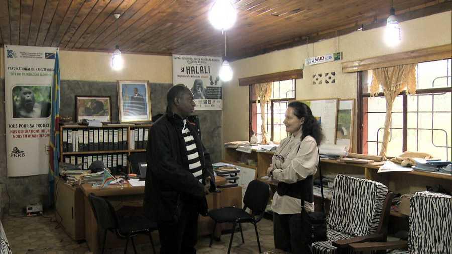 Isabel Muñoz habla con Radar, el director del parque de Kahuzi Biega, donde viven los gorilas de espalda plateada