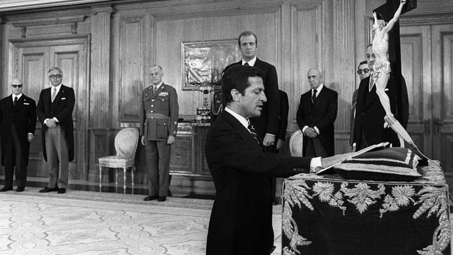 Adolfo Suárez jura su cargo de Presidente del Gobierno en un acto presidido por el Rey Juan Carlos