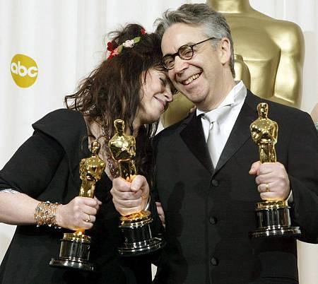 Fran Walsh y Howard Shore con los tres premios Oscar por la banda sonora de 'El señor de los anillos'