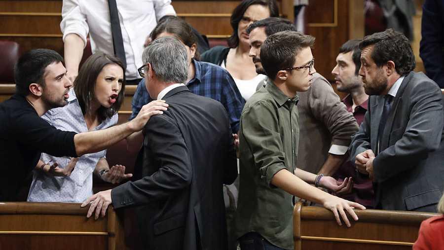 Villegas discute con Espinar, Montero e Iglesias durante el debate de investidura