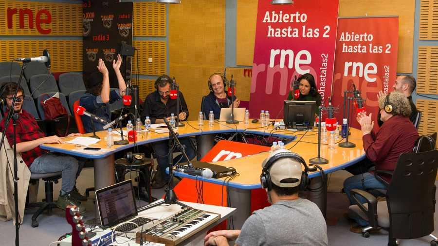 Un momento del programa, con Pepe Viyuela, Antílopez y el resto de colaboradores