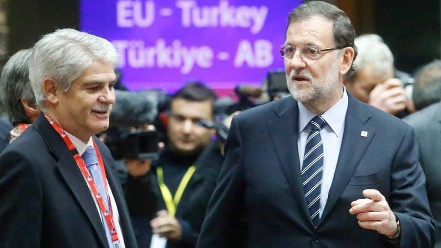 Alfonso Dastis, junto a Mariano Rajoy en Bruselas, en la cumbre UE-Turquía de noviembre de 2015.