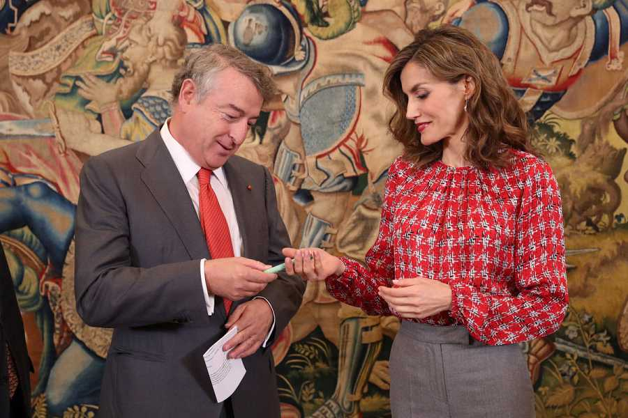 El presidente de RTVE entrega a la Reina el bolígrafo solidario