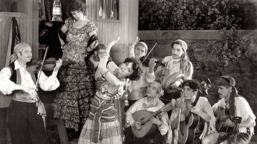 Xavier Cugat, en una de sus primeras películas