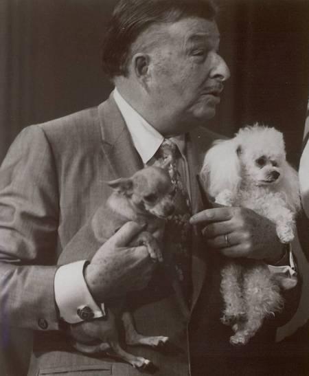Xavier Cugat acompañado de su inseparable chihuahua