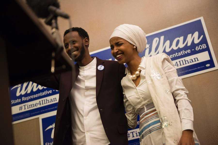 Ilhan Omar celebra junto a su marido su victoria en Minnesota.