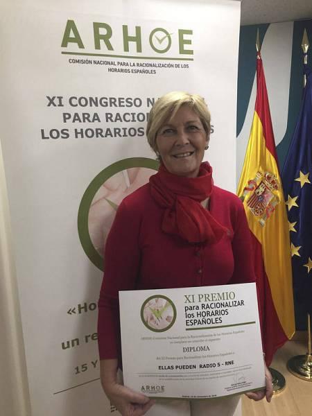 Marta Pastor, directora y presentadora, posa con el premio a su programa 'Ellas pueden' de Radio 5.