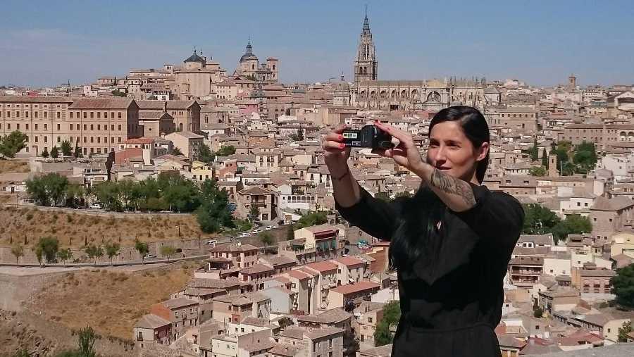 La presentadora de 'La mitad invisible' Clara Peñalver, se hace un 'selfie' ante la ciudad de Toledo
