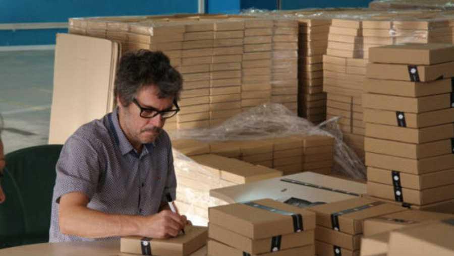 Iván Ferreiro, firmando las cajas de 'Casa'