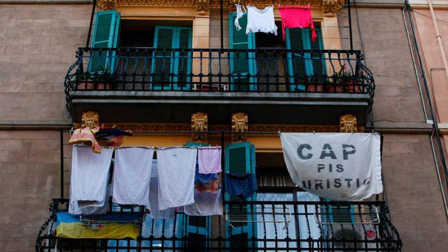 Un cartel contra los apartamentos turísticos en el barrio barcelonés de la Barceloneta