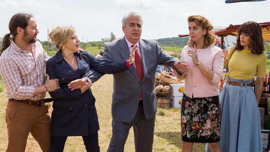Carlos Santos, Carmen Machi, Leo Harlem, Carmen Ruiz y Belén Cuesta, en una imagen de la comedia 'Villaviciosa de al lado'.