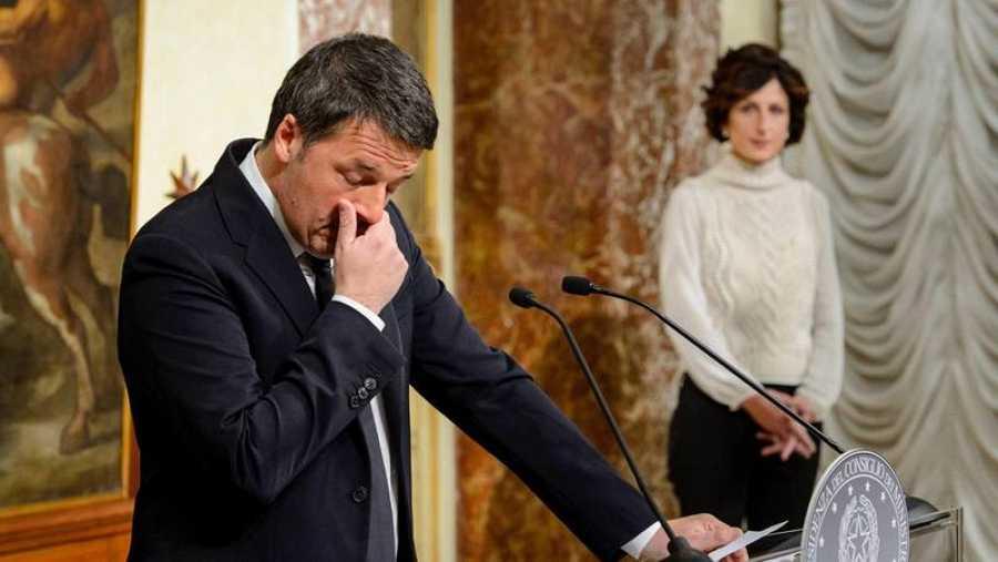 Matteo Renzi junto a su esposa, Agnese Lantini, durante la rueda de prensa