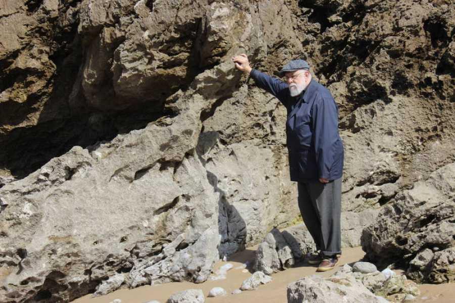 En una de las playas asturianas que forman parte de la vida de Gonzalo Suárez