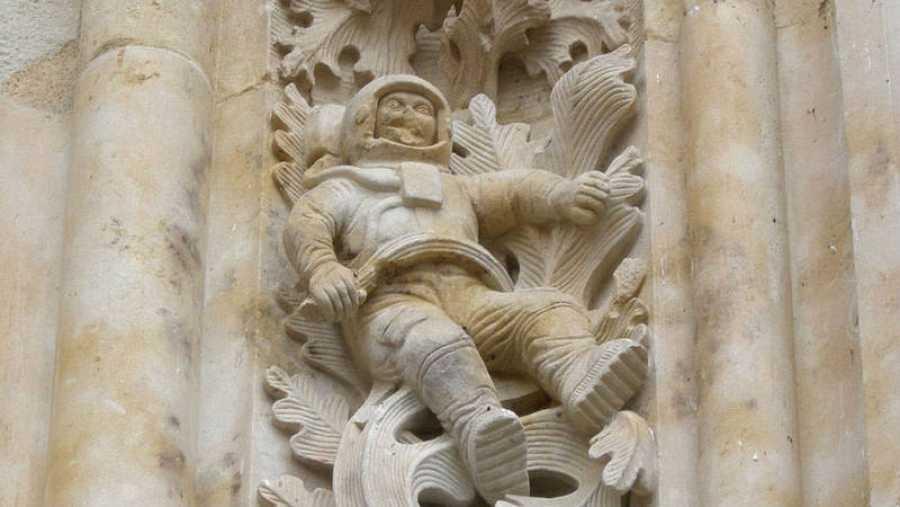 Figura de astronauta situado en la fachada de la Catedral de Salamanca