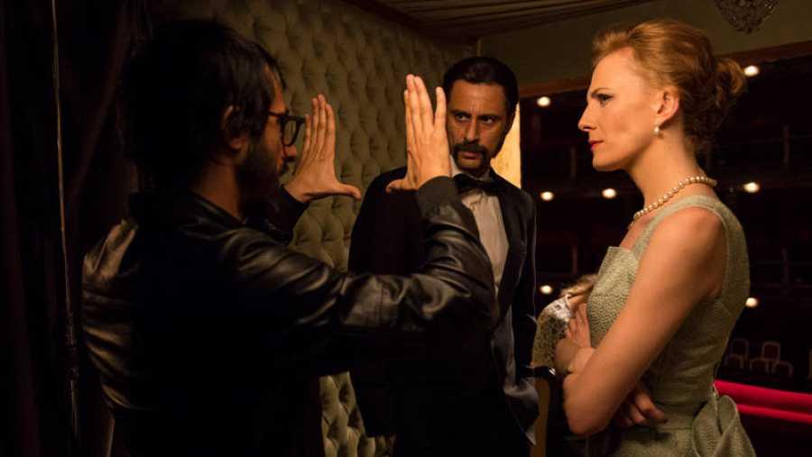 Marc Vigil, director de la serie, con Hugo Silva en el arranque del rodaje