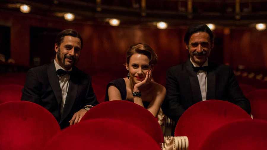 Hugo Silva, Aura Garrido y Nacho Fresneda, sonrientes en el Teatro Español.