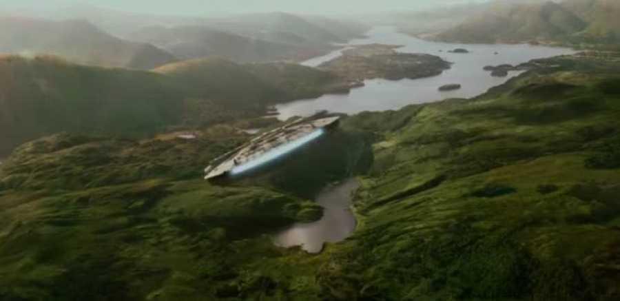 El Halcón Milenario, la nave de Han Solo, sobrevuela el planeta Takodana en 'El despertar de la fuerza'