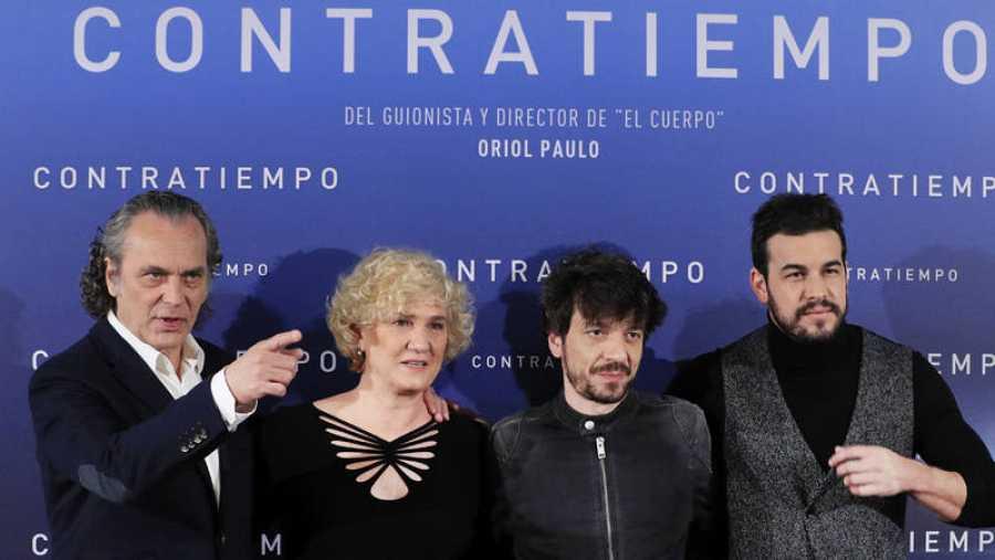 El director de cine Oriol Paulo (segundo por la derecha), acompañado por los actores Mario Casas (derecha), Ana Wagener (segunda por la izquierda) y José Coronado (izquierda) durante la presentación de la película 'Contratiempo' en Madrid.