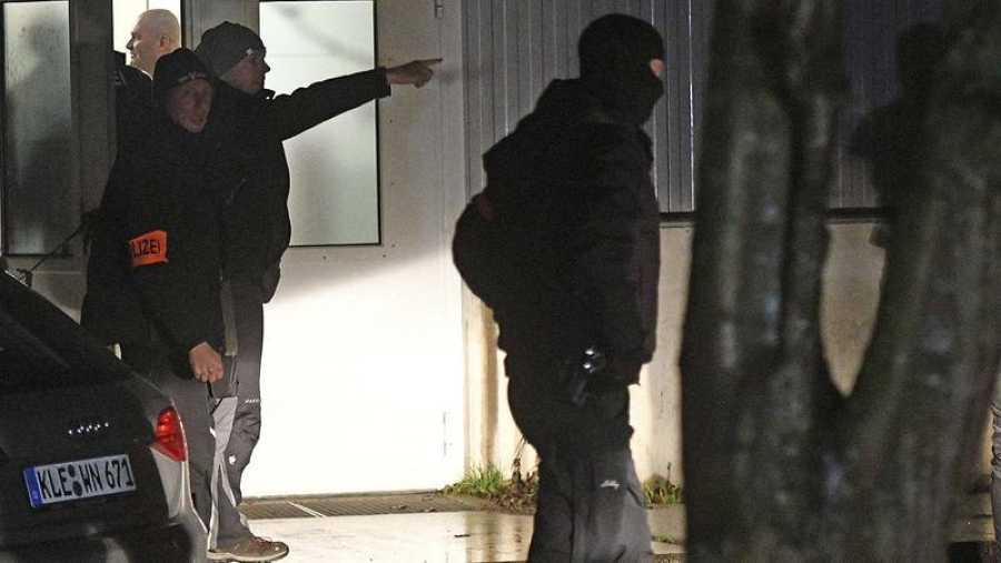 Policías alemanes registran un centro de refugiados en Emmerich en busca de Anis Amri, sospechoso relacionado con el atentado de Berlín