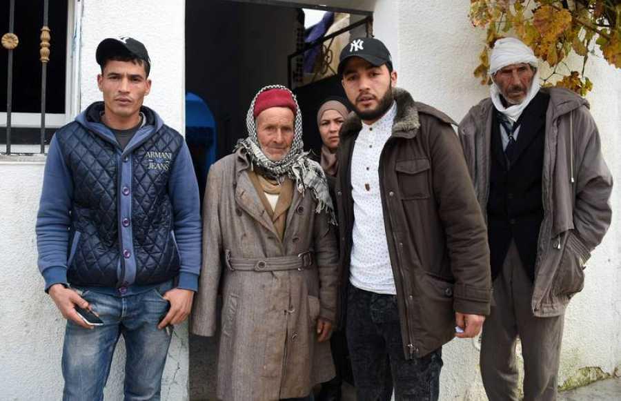 La familia de Anis Amri: de izquierda a derecha, suhermano Walid, su padre Mustafá, su hermana Hanan, su hermano Abdelkader y su tío, delante de la casa familiar en Oueslatia