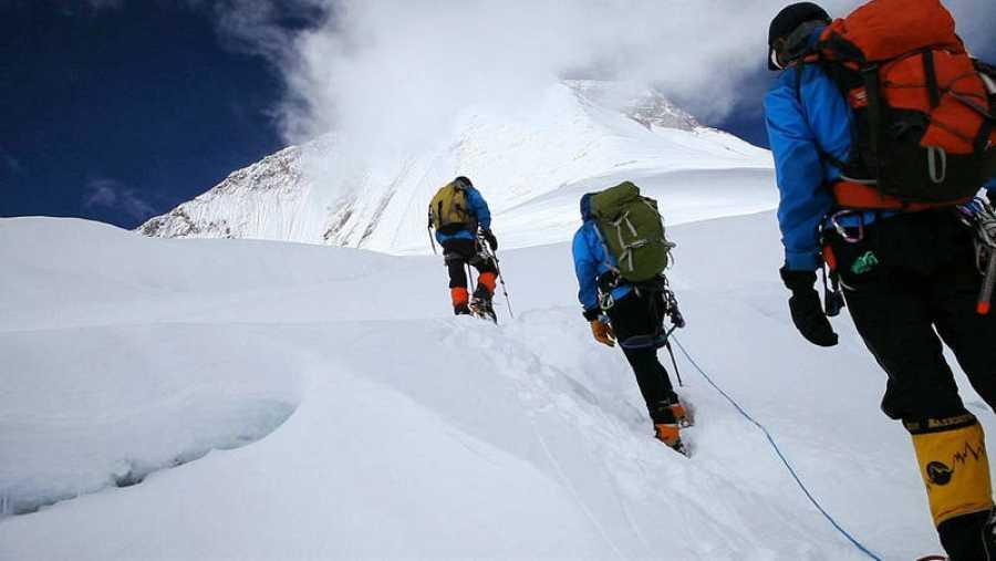 Montañeros subiendo a la cima