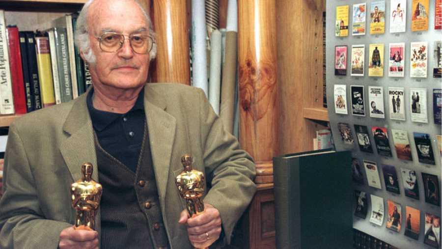 El cineasta español Gil Parrondo con sus dos premios Oscar.