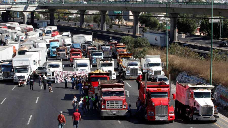 Camioneros bloquean la autopisto México-Querétaro